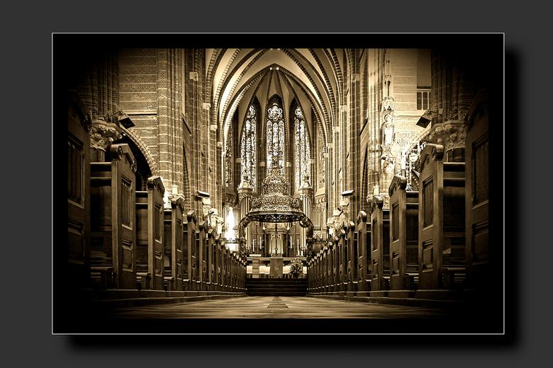Dominicanenkerk - Foto in sepia van het interieur van de Dominicanenkerk te Zwolle. In de volksmond ook de Paterskerk genoemd.