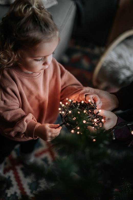 First tree. - Haar eerste kerstboom meehelpen versieren.<br /> <br /> Volg me gerust op:<br /> https://www.facebook.com/ShotByCanipel/<br /> https