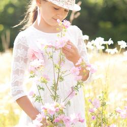 Tamia tussen de bloemen