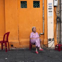 Oude dame in stoel