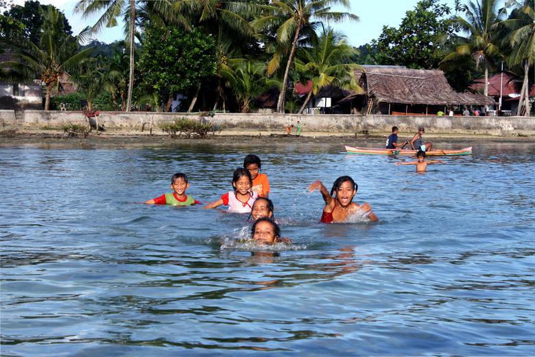 """Welkomstcomité - """"We komen je ophalen nicht! We komen naar je toe zwemmen,"""" gilden mijn nichtjes en neefjes terwijl ik aan het roeien was. E"""