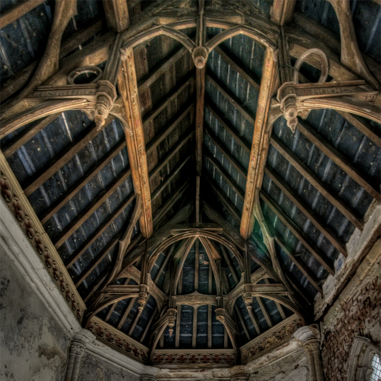 onze lieve heer op zolder - uitzicht op het dak van de kapel van een Belgisch vervallen kasteeltje