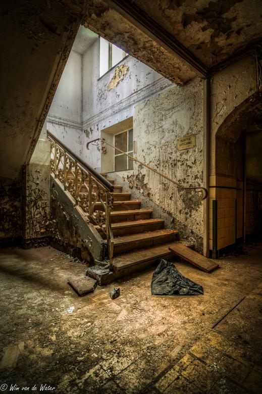 Down stairs to the basement - D5200, Tokina 11-16.<br /> HDR van 3 foto&#039;s van 2, 6 en 8 sec - F3,2 - ISO100 - 11mm<br /> Bewerkt in Photomatix