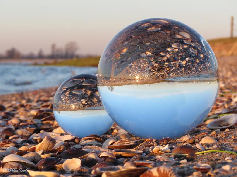 Glazenbollen op (rivier) strand