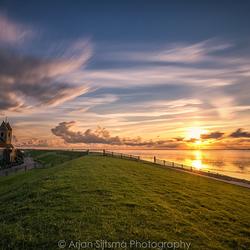 Zonsondergang over de dijk bij Wierum
