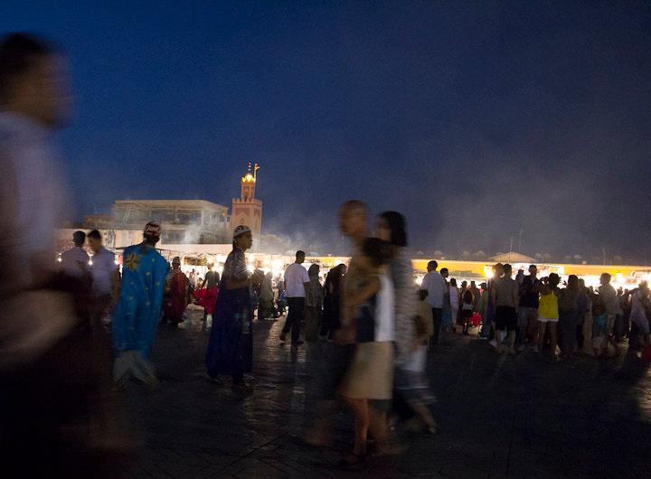 vrijdagavond la place jemaa el fna te Marrakech - snikhete vrijdagavond, met mijn canon 60d, vanuit mijn heup deze foto gemaakt.