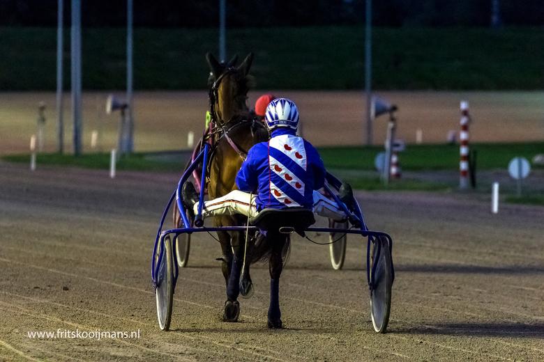 Jockey op de rug op de drafbaan te Wolvega - 201509194849 Jockey op de rug op de drafbaan