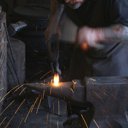 Blacksmith - smid aan het werk in Michelham Priory, Hailsham, Engeland