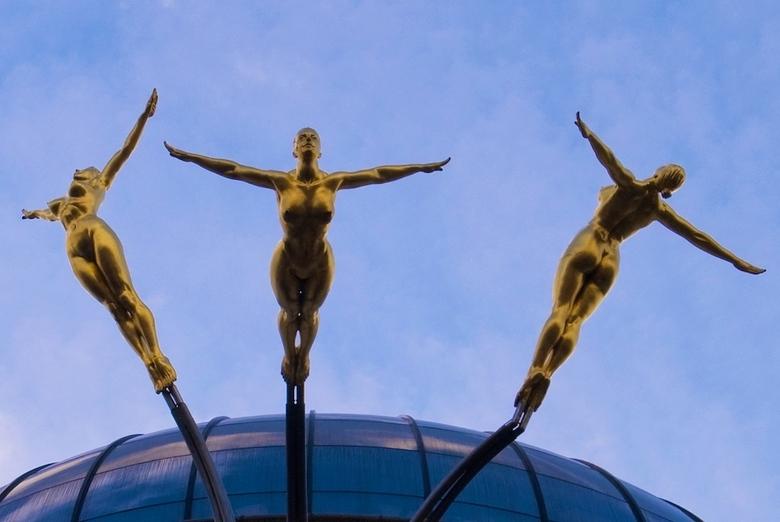 Guarding Angels - Gisteren 12 graden en de eerste lentezon in London. De Guarding angels of London. Mooie sculpturen boven Regent Street.