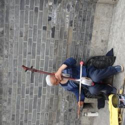 Chinese bedelaar maakt muziek