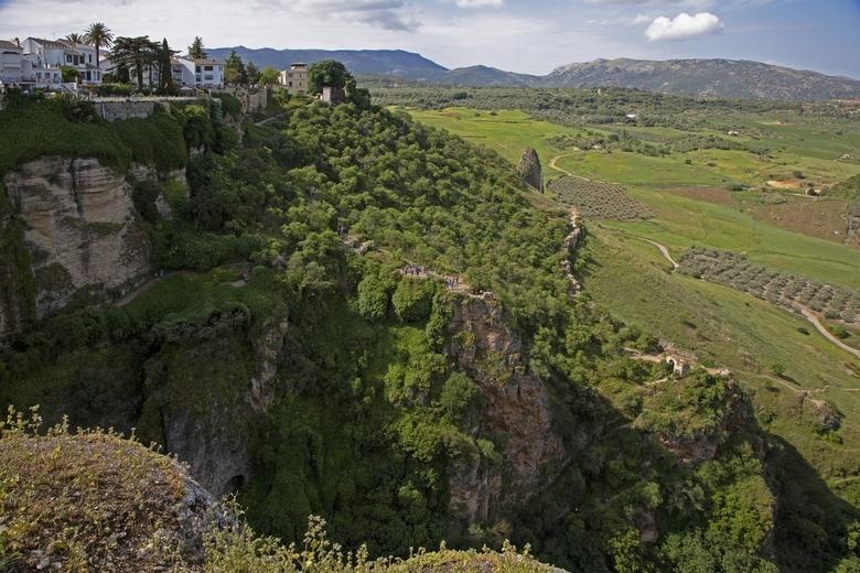 Spanje 40 - Als je de mensen ziet op het plateau in het midden van de foto krijg je een goede indruk hoe groot en diep dit is. Linksboven een klein st
