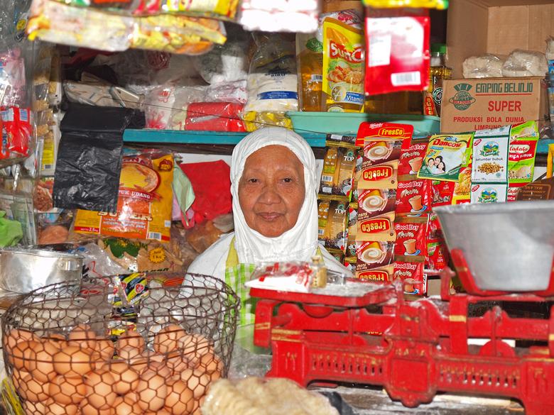 markt verkoopster in Indonesie - Op de markt van malang op Java is het een fotofeestje. Hier kom je niet uitgekeken.