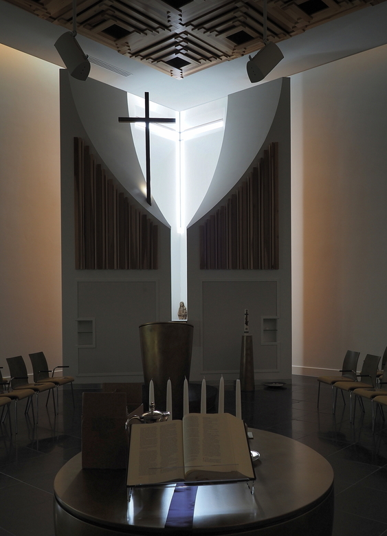 Dubbel.... - Twee keer het  Kruis ...in de Kerk Rijsenhout .in de Buitengevel is het Glaskruis in gemetseld