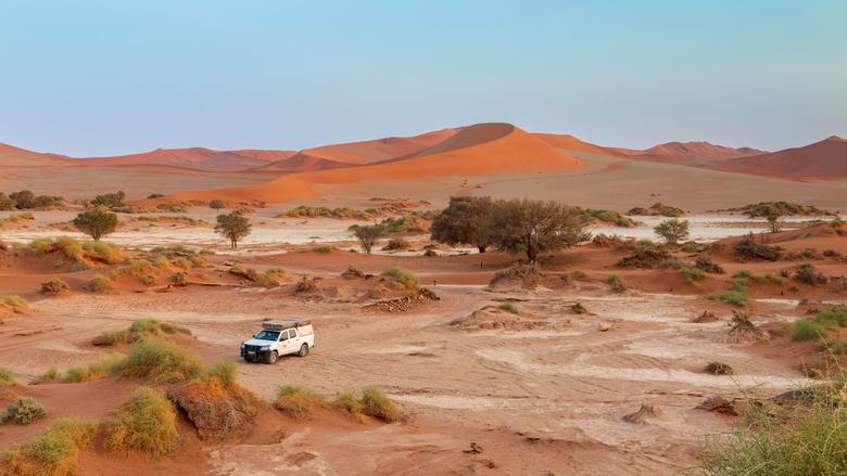 Alleen in de woestijn - 's morgens vroeg waren we helemaal alleen in de woestijn bij Sossusvlei. Schitterend licht met de mooie rode duinen rond