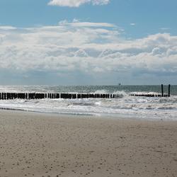 Mooie lucht, wilde zee