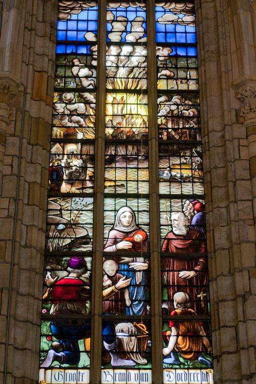 Dordrecht 5 - Gebrandschildert raam in de grote kerk van Dordrecht met als motief de grote brand van Dordecht in 1457.<br /> Op advies van Erik en He