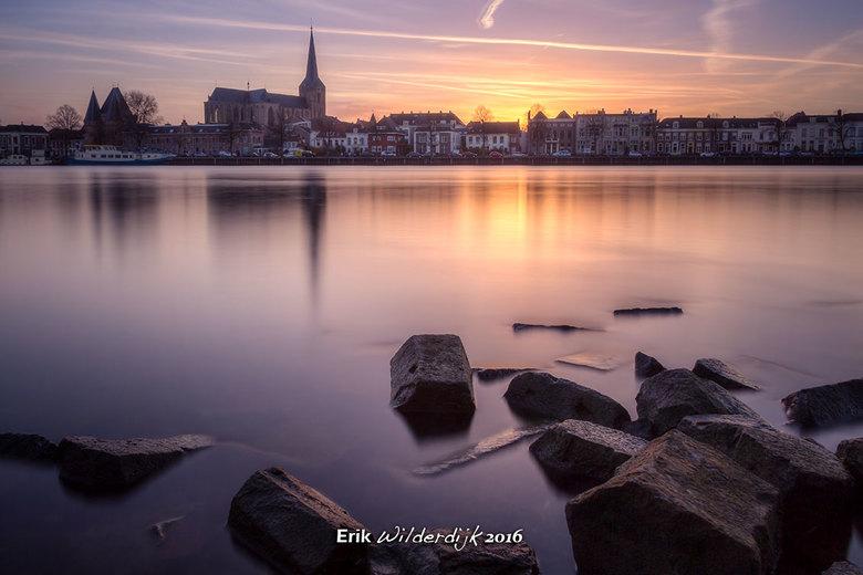 Laatste licht over de rivier - De zon is net verdwenen achter het stadsfront van Kampen.
