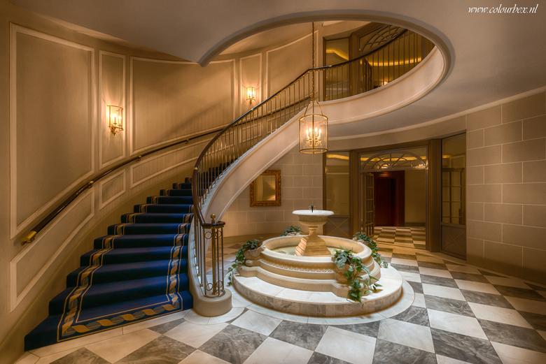 Hotel lobby - Prachtige klassieke trappenhal in een luxe hotel in Duitsland.