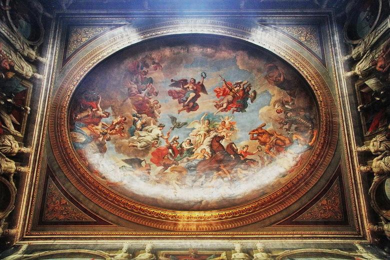Blenheim 08 - Aan het plafond van de eetzaal verdringt men elkaar om de geuren van de kostelijke gerechten op te snuiven. Maar de disgenoten zullen oo