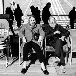 Vrouwen op de pier