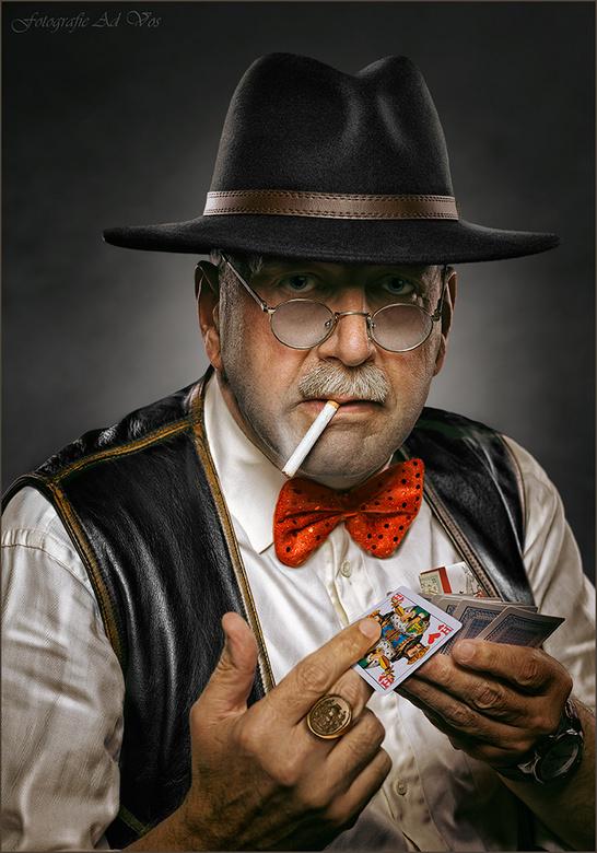 """King of Dealers - """"Tikje"""" karikaturale weergave van -opnieuw- 'n personage uit het gokcircuit...Een 'ietwat louche' variant o"""