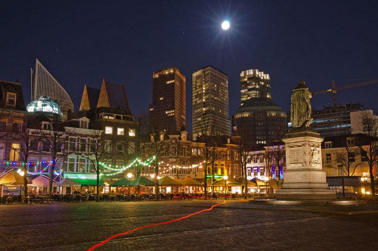 Het plein in Den Haag - Het Plein in Den Haag met de uitgaansgelegenheden op de achtergrond wordt tegenwoordig gedomineerd door een nieuwe skyline