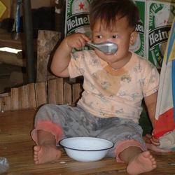 Etend jongetje op markt in Thailand.JPG