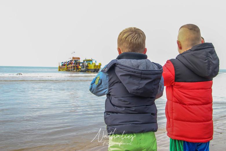 aankomst van de sint - zie ginds komt de reddingsboot weer aan, vol verwachting klopt ons hart
