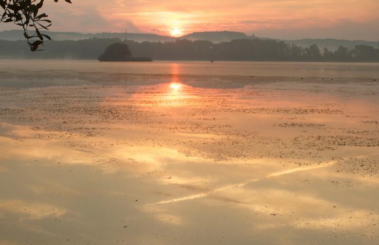 verlaten eiland - 's morgens vroeg bij een meer met opkomende zon.