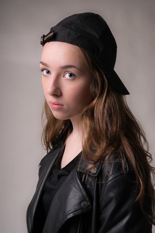 Girl without the pearl - Een jong Nederlands meisje poseert voor een portretfoto in de studio. Zonder dat zij het zelf beseft, lijkt ze precies op het