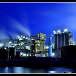 Fabriek in het blauwe uur