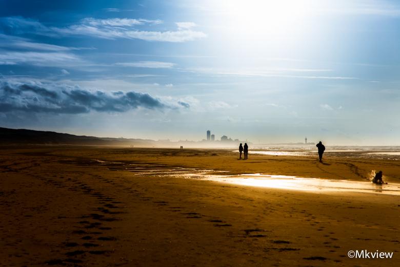 Uitwaaien - Lekker uitwaaien op het strand van Wassenaar, met Scheveningen op de achtergrond.