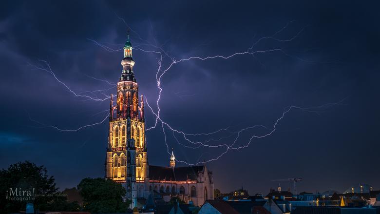 Bliksem bij de Grote Kerk in Breda