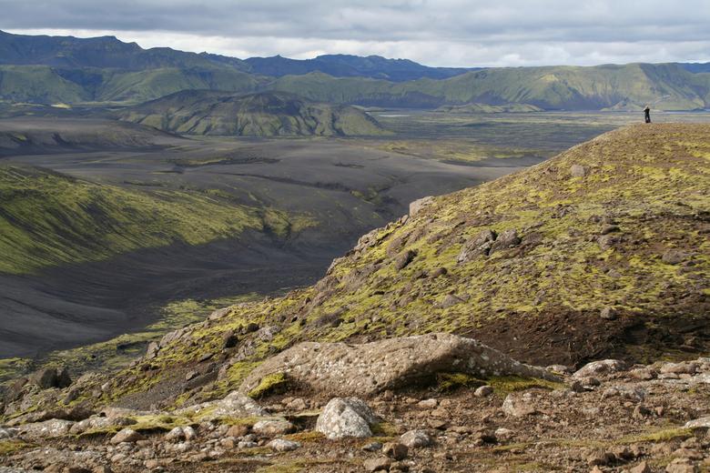 Uitzicht Zoom II - Deze foto is genomen in IJsland. Een enorm groots landschap, wat benadrukt wordt doordat er in de verte nog 1 andere persoon van he