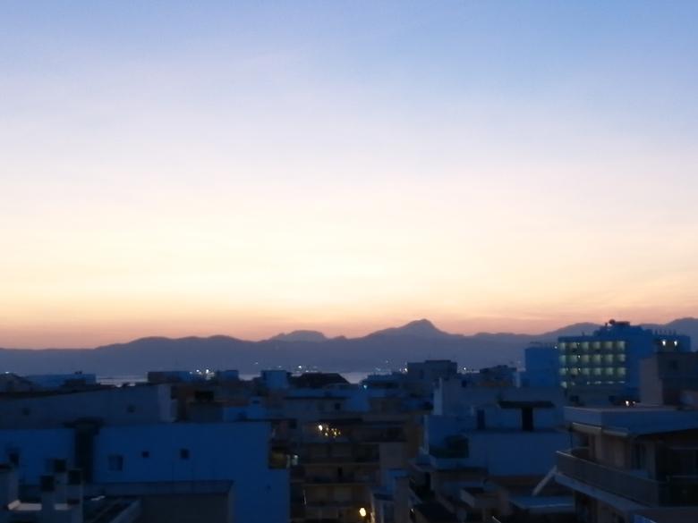 Sunset at mallorca - Ondergaande zon achter de bergen in Mallorca prachtig niet waar?