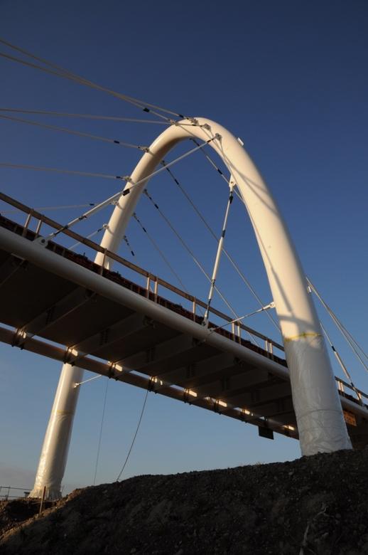 Fietsbrug in aanbouw - -