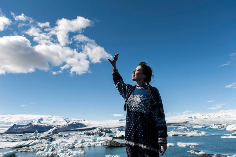 Magic Iceland - Foto van een meisje, die woont op IJsland, bij hetJökulsárlón ijsmeer.