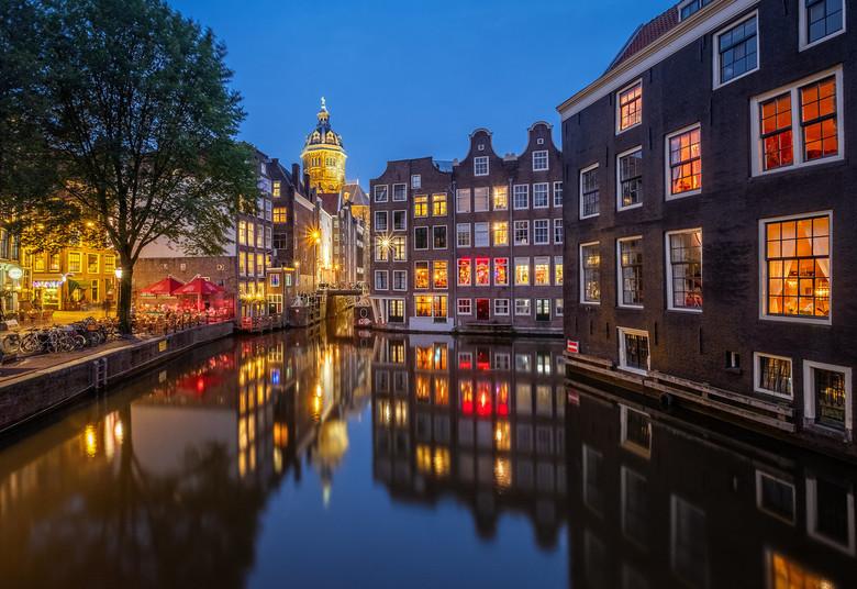 Amsterdam - De nacht valt op dit mooie plekje in Amsterdam.<br /> De kerk die je op de achtergrond ziet, is de St. Nicolaaskerk, een rooms-katholieke