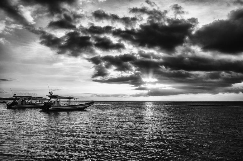 Sunset View - Het uitzicht van Blue Corner Dive aan het strand van Nusa Lembongan.