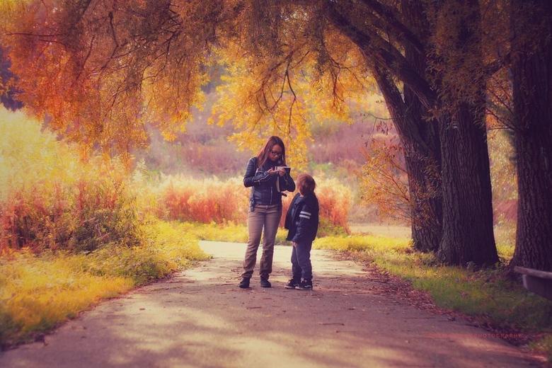 De magie van kinderen  - Kinderen in de herfst in het bos wat een prachtig sprookje