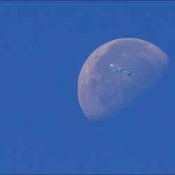 Maan en vliegtuig.