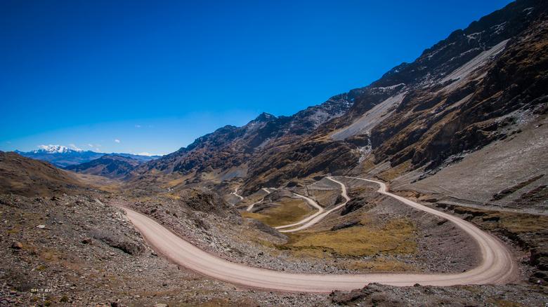 Peruvian Road - Op een hoogte van 4500m nemen we deze knappe weg verder door de bergen.