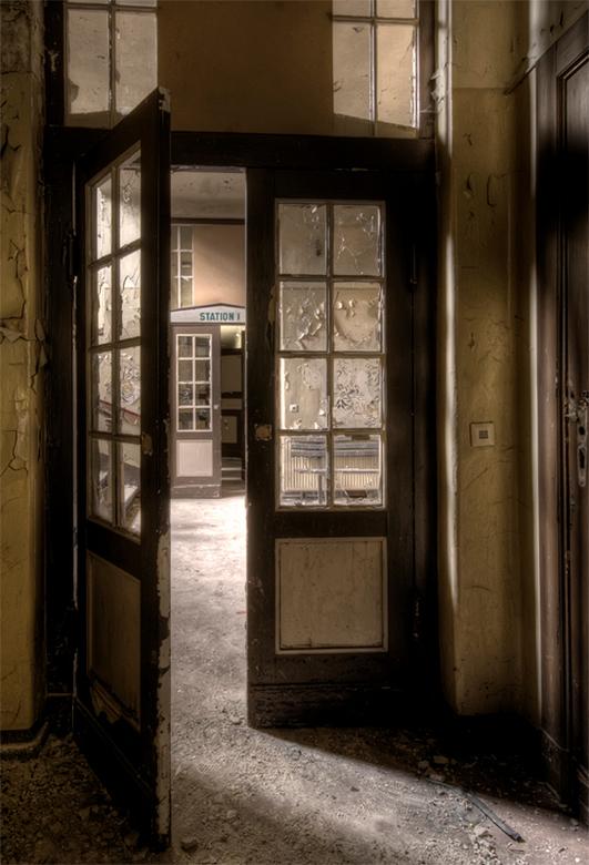 komt u maar binnen... - entree van oud, vervallen, verlaten ziekenhuis in Duitsland