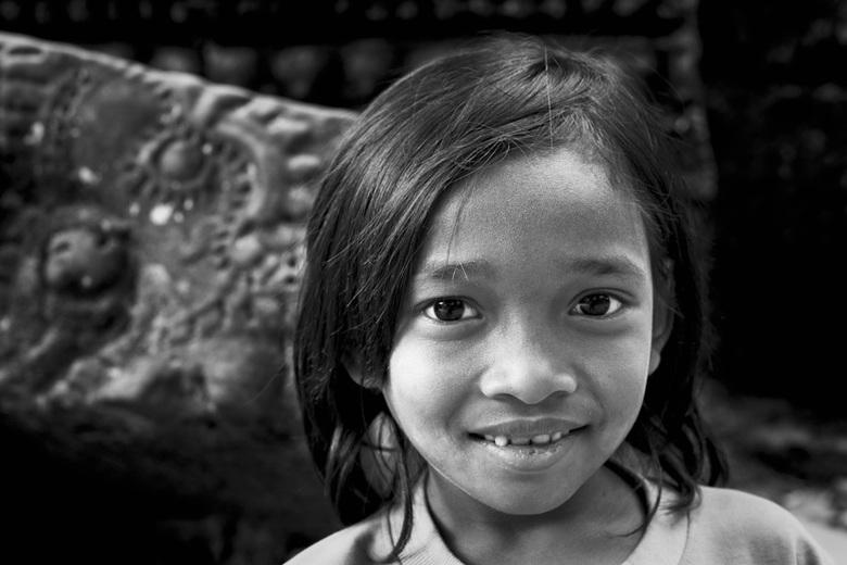 Temple Girl - Canon 10D | Canon 50mm F/1.4 lens | ISO100 | F/5 | 1/30 sec.<br /> Dit meisje werkte in een tempel bij Anghor Wat, Cambodja. Ze verkoch