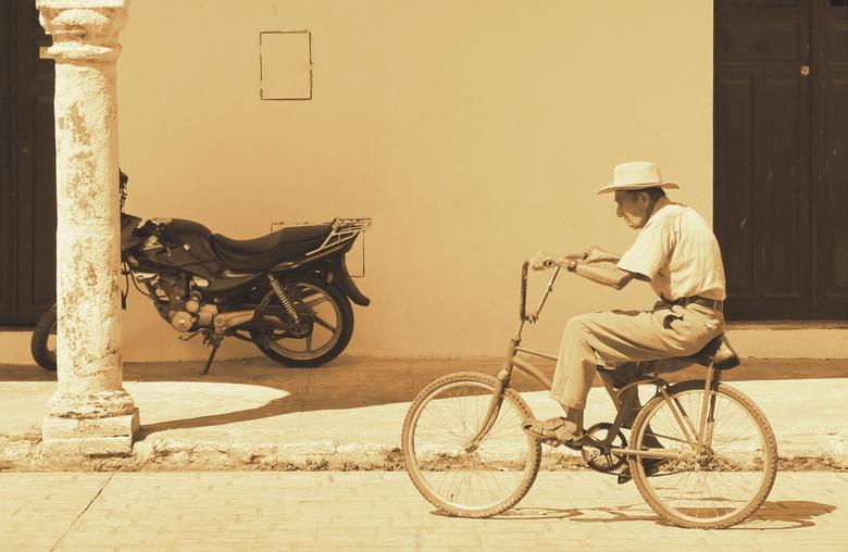 oude man op fiets.jpg - Lopend over een plein in een Mexicaans dorpje in Yucatan fietste deze oude man voorbij. Niet een alledaagse tafereel dat je in