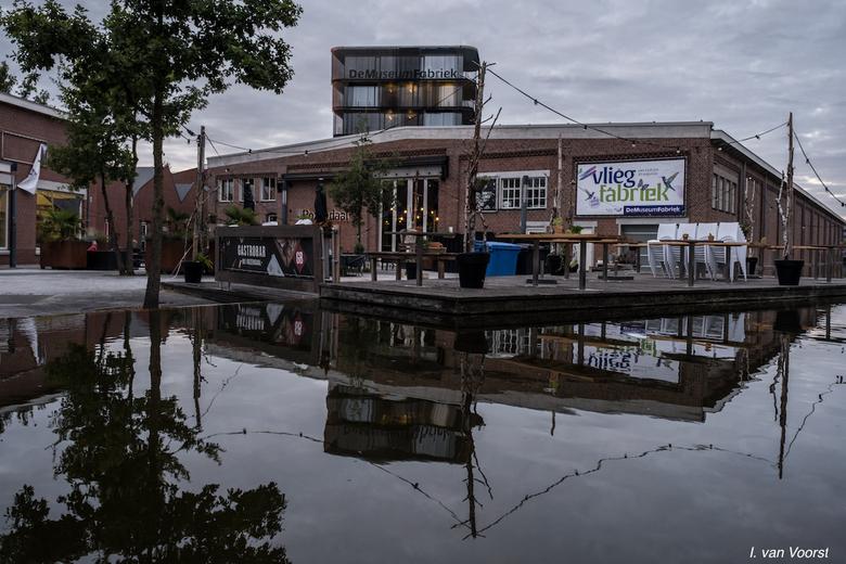 het Rozendaal complex bij avond in Enschede - Het Rozendaal is een voormalige textielfabriek in de wijk Roombeek te Enschede. Het was één van de weini