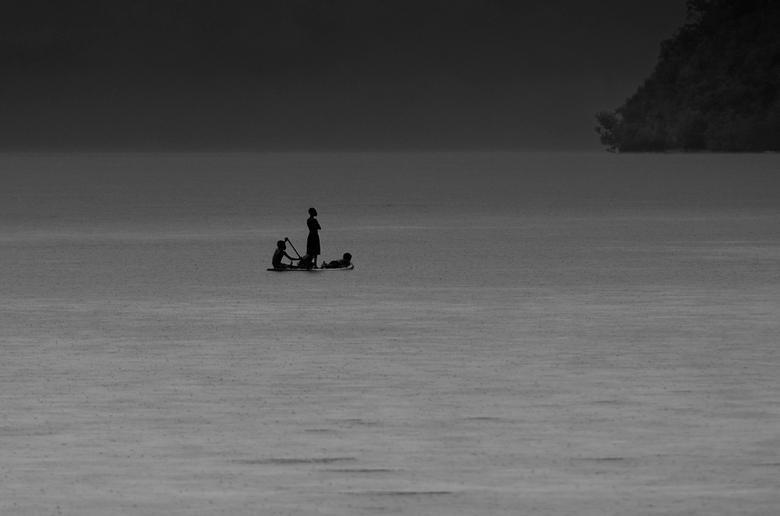 Het onbekende land - Papoeakinderen in het Raja Ampat gebied.<br /> &#039;Een melancholisch avontuur in de regen&#039;