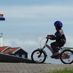 jongen op fiets
