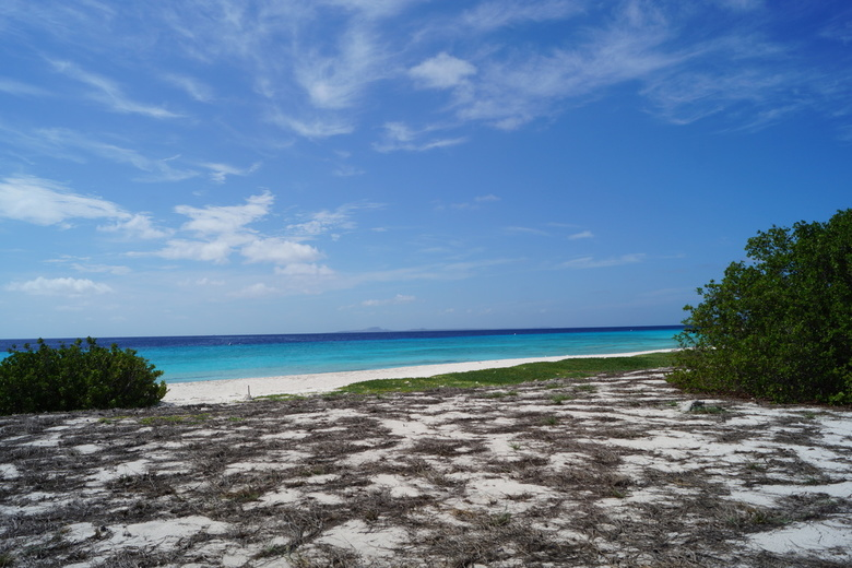 Klein Curaçao - Het strand van Klein Curaçao, met in de verte (als je goed kijkt) Curaçao.