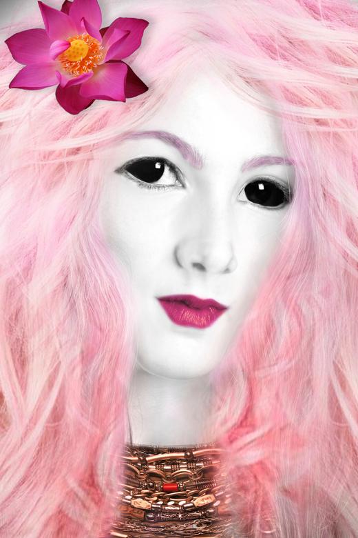 surreal - Ik wilde al een tijd een surrealistisch portret maken. Daphne boodt een mooie basis waarmee ik aan de slag kon, met dit als resultaat.